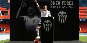 Enzo Pérez fue recibido hoy por 8.000 hinchas del Valencia en la presentación oficial
