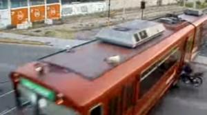 Video: Un motociclista se estrella contra un tren en Mendoza