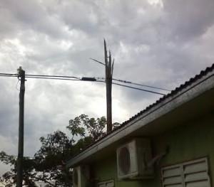 Un rayo cayó en el poste de luz frente a su casa y por el impacto varios trozos de madera se dispararon por el aire