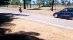 Jugaba con su moto al lado de la ruta, lo atropelló un auto y de casualidad resultó ileso