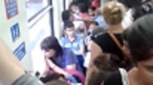 Video: en un tren de Buenos Aires, una mujer con un bebé en brazos reaccionó violentamente porque no le daban el asiento