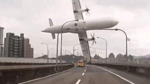 Al menos 25 muertos y 17 desaparecidos al caer un avión en Taiwán