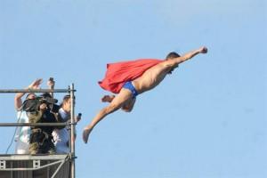 El impresionante salto del 'Superman' checo desde una plataforma de 27 metros en Argentina
