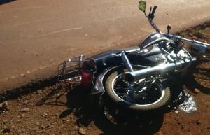 Un motociclista resultó con graves lesiones al colisionar con un camión