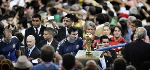 Fue premiada la foto que le sacó un chino a Messi cuando pasaba por delante de la Copa del Mundo