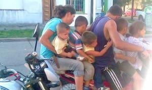 Jugar con la vida: cinco chicos y dos adultos sobre una moto en Junín