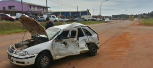 Camión cargado con siete toneladas de pino chocó a un auto en San Vicente: un muerto