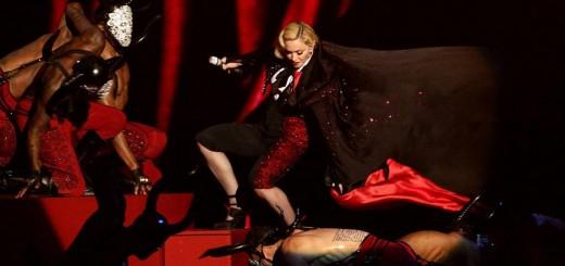 Madonna se cayó del escenario durante su presentación en los Premios Brit