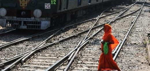 Un bebé sobrevivió en la India tras caer por el agujero del inodoro de un tren