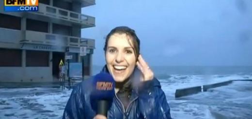 Video: en Francia una periodista cubría en vivo una tormenta y se la llevó una ola
