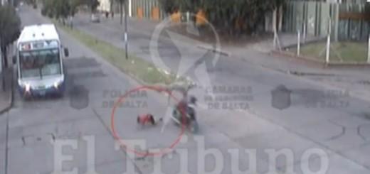 Video: en Salta un nene cruzó la calle sin mirar y fue atropellado por una moto