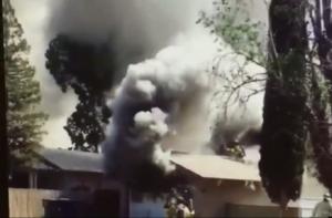 Video muestra el terrible momento en el que un bombero cae de un techo sobre las llamas