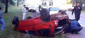 Se despistó un coche y terminó contra un pino: un policía terminó en grave estado
