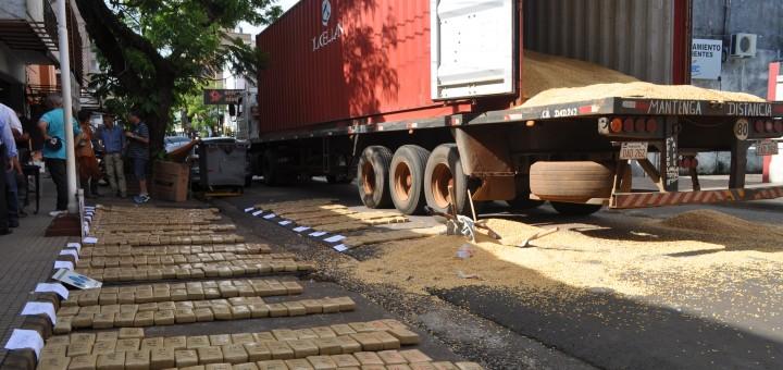 Interceptan camión que transportaba casi una tonelada de marihuana: hay tres detenidos