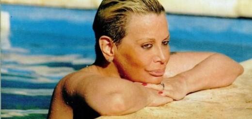 Carmen Barbieri a los 59 años hace topless en la pileta