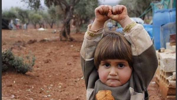 La tremenda imagen de una nena siria que se rinde para que no la maten conmociona las redes sociales