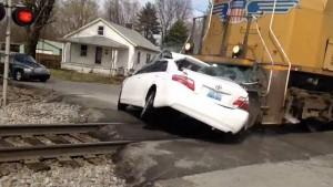 Impresionante video de un tren al chocar contra auto en Estados Unidos: dos muertos