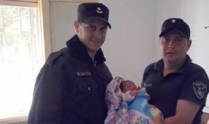 Policías asistieron una mujer que dio a luz a su bebé en el interior de un automóvil