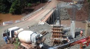 Prevén que las obras del puente definitivo sobre el arroyo Acaraguá culminen a fines de septiembre