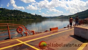 Un camión cargado con cemento cayó de una balsa y se hundió en el río Uruguay