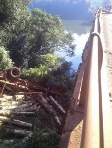 Tras la explosión de una cubierta, un camión perdió la carga en el puente curvo que une Piray con Eldorado