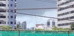 Video: un mini tornado sorprendió a los bañistas en una playa de Brasil