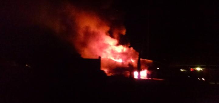 Cuatro dotaciones de bomberos trabajaron siete horas para sofocar el incendio en Piporé