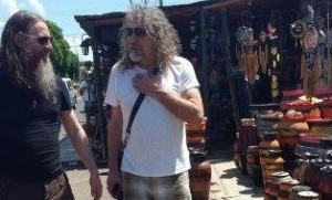 Robert Plant, de paseo por las calles de Areguá, en Paraguay