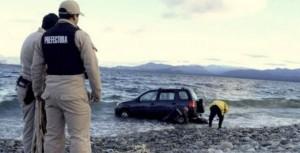 Río Negro: una pareja que disfrutaba de una madrugada romántica en un auto terminó adentro del Nahuel Huapi