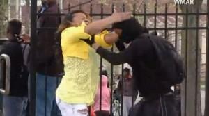 Video: una mujer descubre a su hijo en protestas de Baltimore y se lo lleva a cachetazos