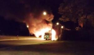 Después de amenazar al chofer con armas, dos hombres incendiaron un colectivo del transporte urbano en Posadas