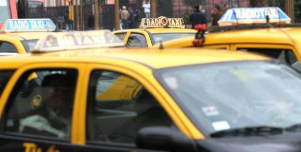 Encontraron un preservativo y un ticket de viaje en la vereda de la casa del taxista