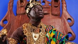 El rey africano que gobierna desde Alemania por Skype, y también es mecánico