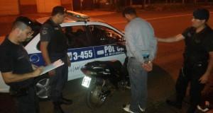 Un motociclista vio una patrulla policial, trató de escapar pero lo detuvieron