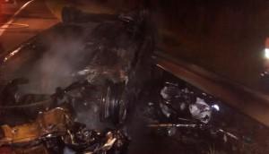 Chocaron y se incendiaron un auto y una moto: un fallecido