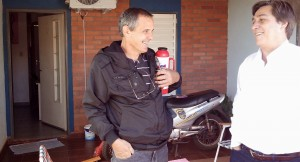 Alfredo Schiavoni charló con los vecinos de Posadas en un timbreo por los barrios