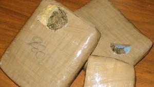 Buscan a un hombre que abandonó casi 80 kilos de droga en un inquilinato