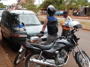 Educación Vial: peatones no cruzan por la esquina y los motociclistas no se atan los cascos