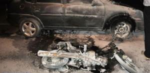 En Apóstoles, una moto en llamas chocó contra un auto estacionado y su conductor huyó a la carrera