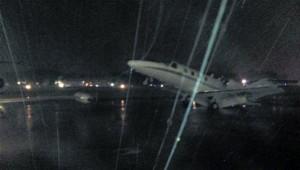 El temporal de Buenos Aires casi da vuelta un avión en Aeroparque