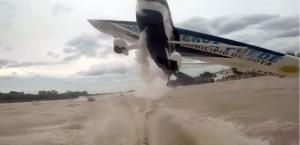Video: un avión les pasó a centímetros de la cabeza en el río Paraná