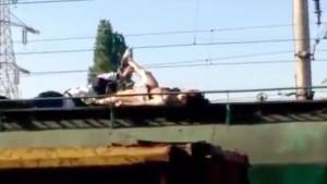 Murió electrocutada por tomarse una selfie en el techo de un tren