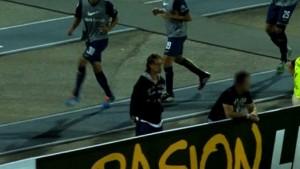 """Un video muestra al """"Panadero"""" dentro del campo de juego en un partido de Copa Libertadores"""