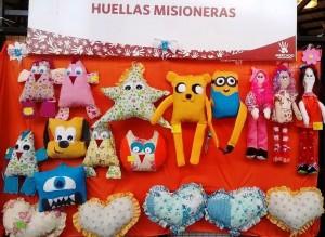Divertidas muñecas y almohadones para regalar se venden en el Mercado Concentrador