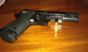 En Candelaria un estudiante amenazó a otro con un arma de juguete y una bala real
