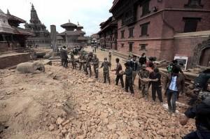 Suman 8000 los muertos y 17500 los heridos por el sismo en Nepal