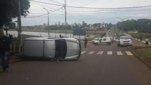 Una camioneta volcó sobre avenida Urquiza