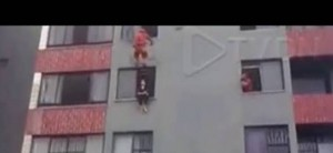 Video: un bombero rescató de manera espectacular a una suicida en Brasil