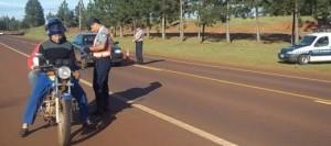 Motociclista fuera de control agredió a un policía que lo perseguía por maniobras peligrosas y luego fue detenido