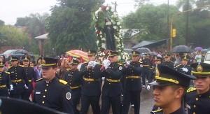 Bajo la llovizna persistente miles de peregrinos honraron a Santa Rita